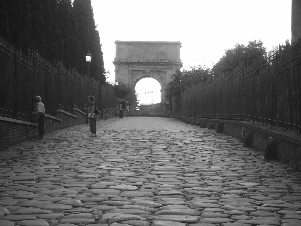 La Vía Sacra, al fondo, el Arco de Tito