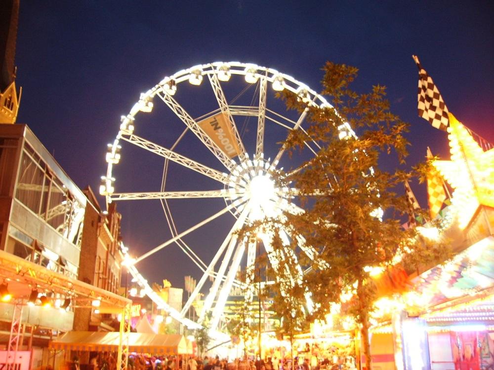 La noria es una de las atracciones mejor situadas, en la plaza central de Tilburg