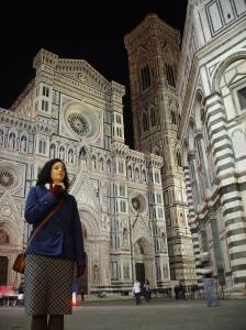 La Catedral de Florencia de fondo, a la derecha, parte del Battisterio